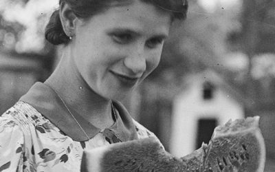 Dinnyeevés múlt századi lányokkal: üvegnegatívok digitalizálása Kunszentmártonban